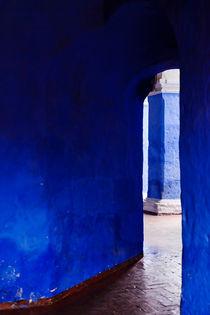 Blue Entrance - Monasterio de Santa Catalina de Siena. von Tom Hanslien