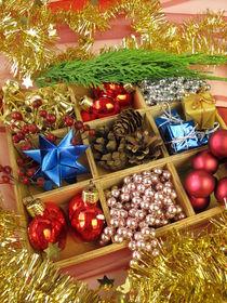 Kiste mit Weihnachtsdekoration by Heike Rau