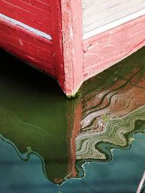 Schiffsbug mit Spiegelbild von Wolfgang Wittpahl