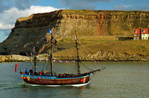 Bark Endeavour Passing Whitby East Cliff von Rod Johnson