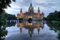 Rathaus in der Dämmerung by Joachim Hasche