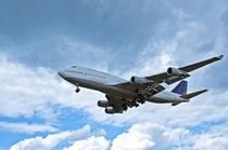 Flugzeug im Wolkenhimmel by caladoart