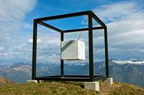 """Kunstwerk """"Suspended Cube"""", Tessin, Schweiz  von gfc-collection"""