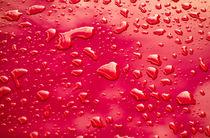 Wassertropfen auf rotem Lack by Matthias Hauser
