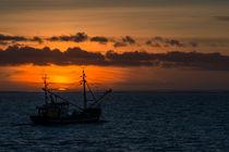 Krabbenkutter im Sonnenuntergang by fotografie-von-hein