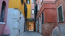 Down The Rabbit Hole in Venezia - Venice von OG Venice Italy Travel Guide