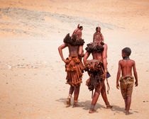Himba Woman and Young Boy walking in Desert von Matilde Simas