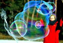 Große Seifenblasen mit Künstlerin - Giant Bubbles and artist 2 von Eddie Scott