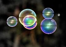 Große Seifenblasen schwebend - Giant Bubbles gliding 3 by Eddie Scott
