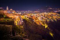 Santorin: Fira bei Nacht von Björn Kindler