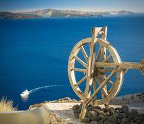 Santorin: Holzrad vor der Caldera  von Björn Kindler