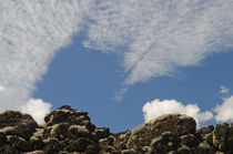 Solidified lava with lichens and clouds von Víctor Suárez