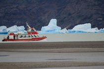 Tourist boat and fragments of ice von Víctor Suárez