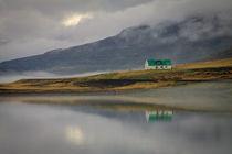 einsames Haus am Fjord von Anne-Barbara Bernhard