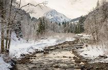 Winterliche Landschaft mit Fluss und Bäumen im Kleinwalsertal Österreich von Matthias Hauser