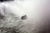 kleines Boot - große Gischt von Clara Bindhardt