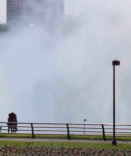 1viewers-of-the-niagara-falls