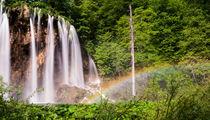 Wasserfall mit Regenbogen von Andreas Wonisch