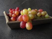 Stillleben mit roten Weintrauben von Heike Rau