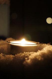 Teelicht im ersten Schnee von framboise