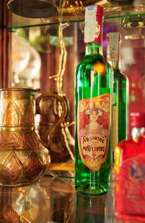 Flasche mit Absinth in einer Bar by Matthias Hauser