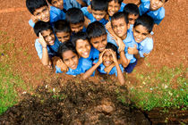 NOSY SCHOOLBOYS OF AN ELEMENTARY SCHOOL IN INDIA von creativemarc