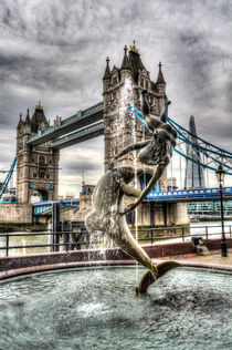 Tower Bridge and the Girl and Dolphin Statue von David Pyatt
