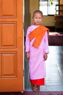 Sweet eight year old Novice Nun at That Dha Ma Myit Zu Nunnery von Matilde Simas
