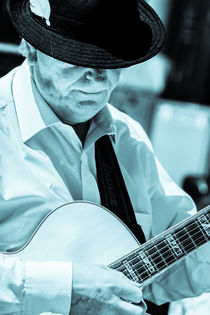 Man in hat playing Guitar von Peter Noyce