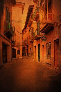 calle estrecha by Erwin Lorenzen