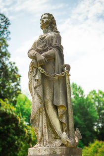 Elmwood-cemetery-006-lr-magichour-l-and-e-womanwithchain