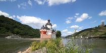 Pflaz, Burg Gutenfels und Schiff bei Kaub am Rhein by buellom
