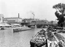 View of the River Spree, Berlin, c.1910 (b/w photo) von Bridgeman Art
