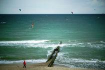 Strandwanderer, Kiter und Surfer von Sabine Radtke