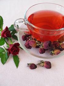 Tee aus getrockneten Rosenblüten by Heike Rau