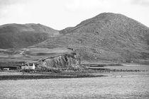Weisses Haus an der steilen Küste   Irland by andreas-hendrik