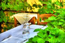 Kristallgläser stehen auf einem Tisch mit weißer Tischdecke von Gina Koch