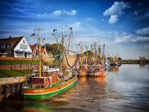Fischkutter im Hafen von Greetsiel in Ostfriesland von Peter Roder