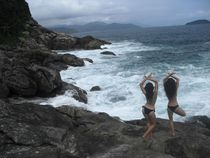 Yoga Girls at the Ocean von Ane Souza