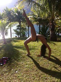 Girl, yogi at the beach von Ane Souza