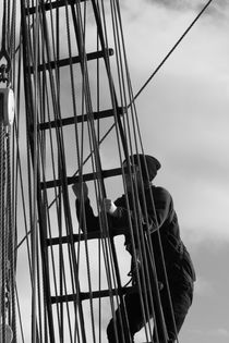 Seaman climbing in the rigging - monochrome von Intensivelight Panorama-Edition