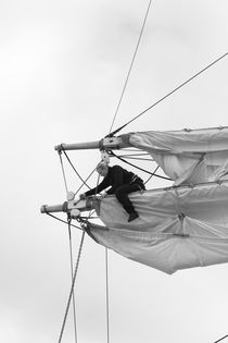 Woman unfastening sails - monochrome von Intensivelight Panorama-Edition
