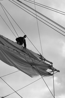 Seaman loosening a sail - monochrome von Intensivelight Panorama-Edition