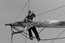 Woman sailor loosening sails - monochrome von Intensivelight Panorama-Edition