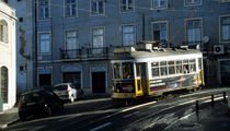 Historische Lissaboner Strassenbahn im Morgenlicht von Thomas Erbacher