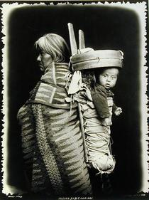 Navaho woman carrying a papoose on her back, c.1914 (b/w photo)  von Bridgeman Art