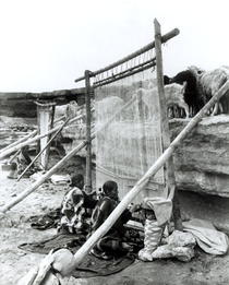 Navajo weavers, c.1914 (b/w photo)  von Bridgeman Art