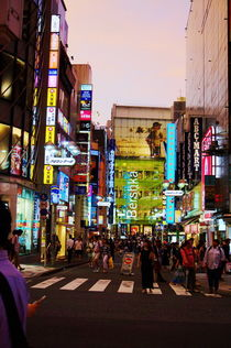 Einkaufsstraße in Shibuya bei Nacht by framboise