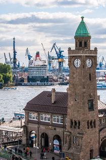Hamburg Queen Elizabeth an den Landungsbrücken II von elbvue