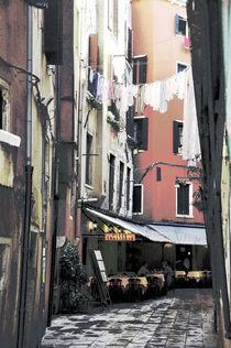 Poster Gasse in Venedig mit Restaurant, Variante 1 von Doris Krüger